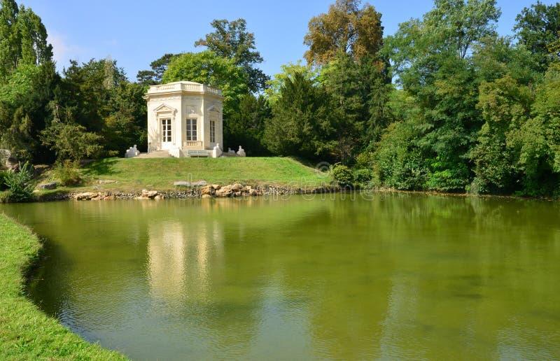 Estado de Marie Antoinette en el parc del palacio de Versalles fotos de archivo libres de regalías