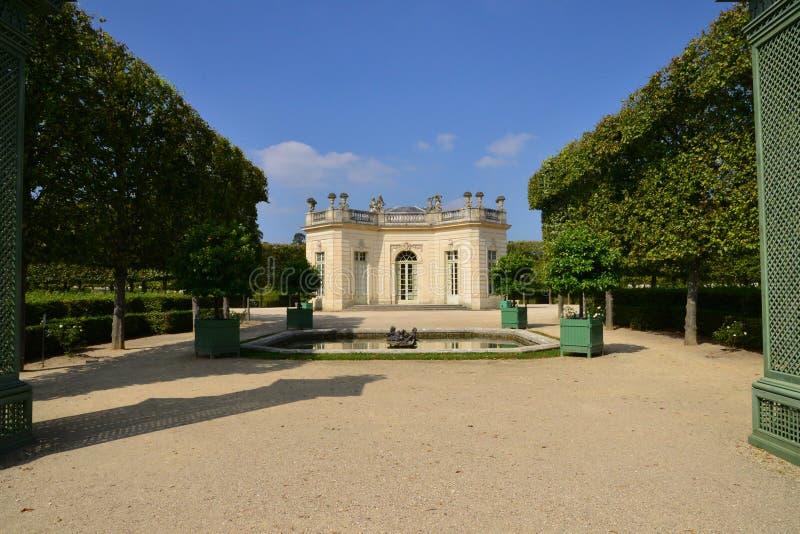 Estado de Marie Antoinette en el parc del palacio de Versalles imagen de archivo libre de regalías