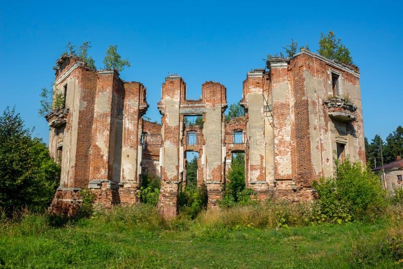 Estado de Petrovskoe-Alabino - las ruinas de una granja abandonada en el final del siglo XVIII imagen de archivo