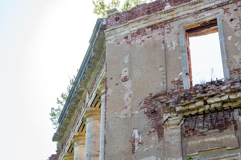 Estado de Petrovskoe-Alabino - las ruinas de una granja abandonada en el final del siglo XVIII imágenes de archivo libres de regalías