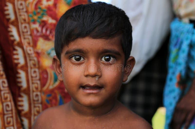 ESTADO DE RAKHINE, MYANMAR - 5 DE NOVEMBRO: As centenas de muçulmanos Rohingya estão sofrendo a má nutrição severa em acampamento fotos de stock