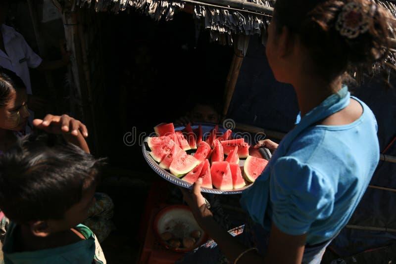 ESTADO DE RAKHINE, MYANMAR - 5 DE NOVEMBRO: As centenas de muçulmanos Rohingya estão sofrendo a má nutrição severa em acampamento imagens de stock