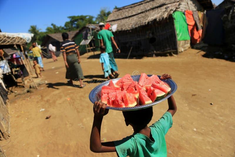 Download ESTADO DE RAKHINE, MYANMAR - 5 DE NOVIEMBRE: Los Centenares De Musulmanes Rohingya Están Sufriendo La Desnutrición Severa En Camp Fotografía editorial - Imagen de estado, noviembre: 64206967