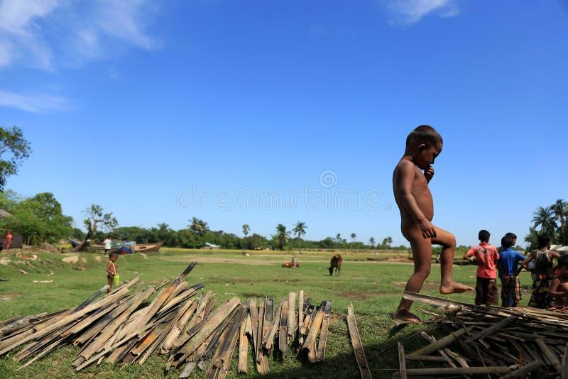 Download ESTADO DE RAKHINE, MYANMAR - 5 DE NOVIEMBRE: Los Centenares De Musulmanes Rohingya Están Sufriendo La Desnutrición Severa En Camp Foto editorial - Imagen de estado, birmania: 64207031