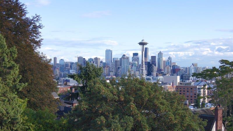 ESTADO DE SEATTLE, WASHINGTON, ESTADOS UNIDOS - 10 DE OUTUBRO DE 2014: Opinião do panorama da skyline de Kerry Park durante o dia fotografia de stock