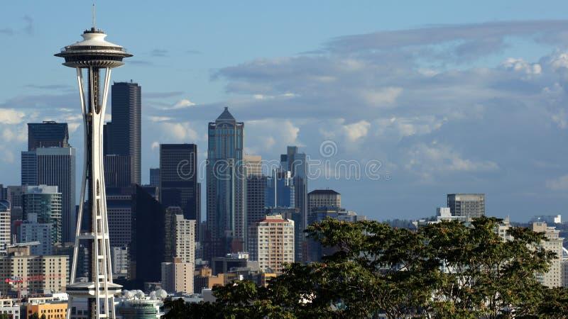 ESTADO DE SEATTLE, WASHINGTON, ESTADOS UNIDOS - 10 DE OUTUBRO DE 2014: Opinião do panorama da skyline de Kerry Park durante o dia imagens de stock royalty free