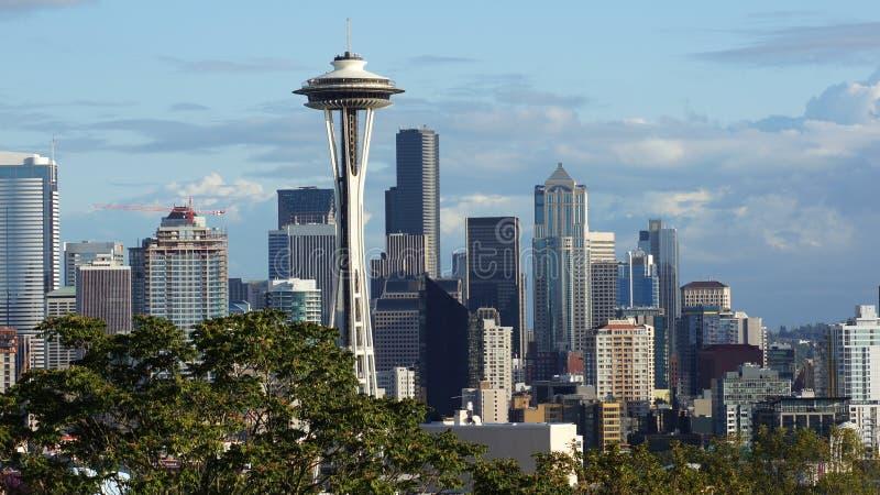 ESTADO DE SEATTLE, WASHINGTON, ESTADOS UNIDOS - 10 DE OUTUBRO DE 2014: Opinião do panorama da skyline de Kerry Park durante o dia imagens de stock