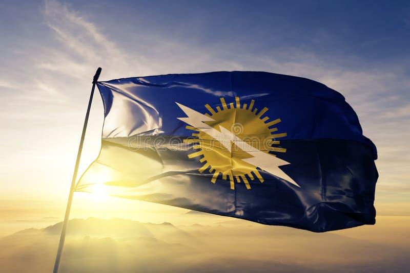 Estado de Zulia de tela de pano de matéria têxtil da bandeira da Venezuela que acena na névoa superior da névoa do nascer do sol ilustração stock