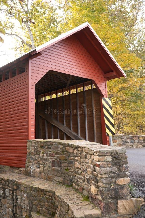 Estado lateral de Maryland da ponte de Front View Roddy River Covered imagens de stock