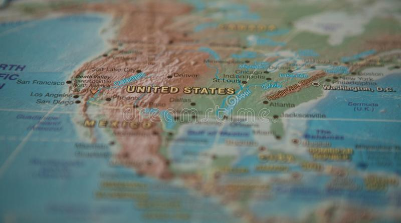 Estados Unidos en el mapa Los Estados Unidos en el mapa del mundo fotos de archivo