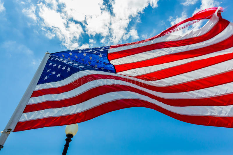 Estados Unidos señalan el aleteo por medio de una bandera en la brisa imágenes de archivo libres de regalías