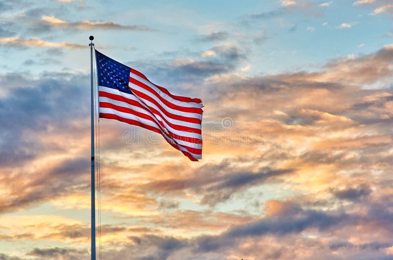 Estados Unidos señalan ocaso por medio de una bandera fotos de archivo libres de regalías
