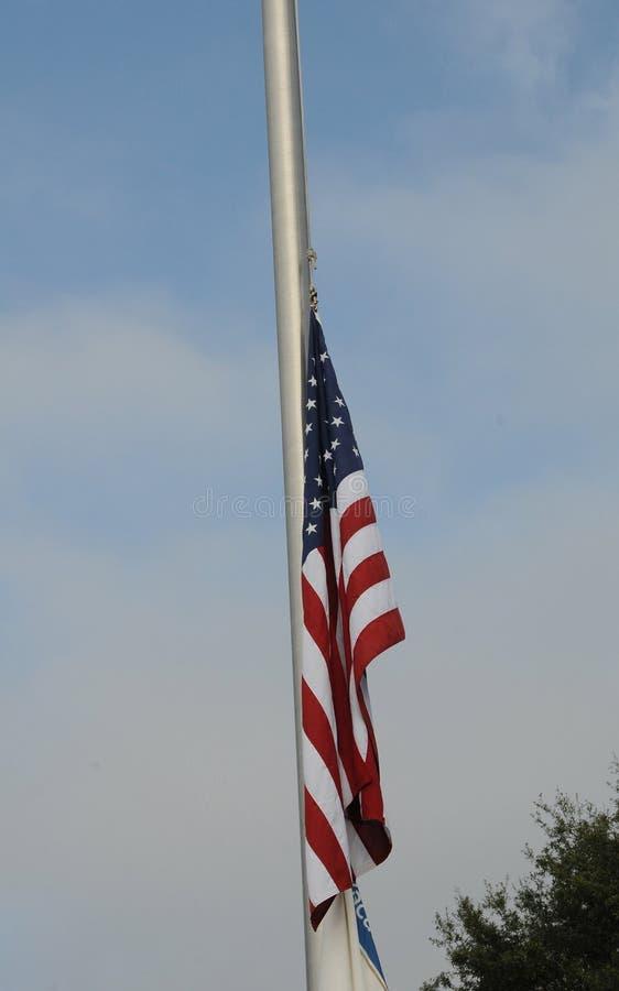 Estados Unidos señalan por medio de una bandera en el medio personal el 7 de diciembre de 2017 imagen de archivo