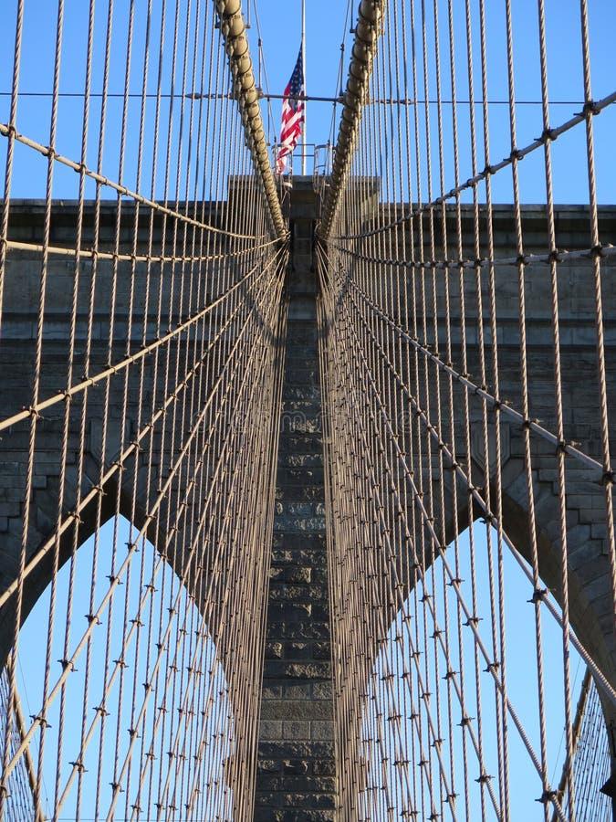 Estados Unidos señalan por medio de una bandera en el puente de Brooklyn fotos de archivo libres de regalías
