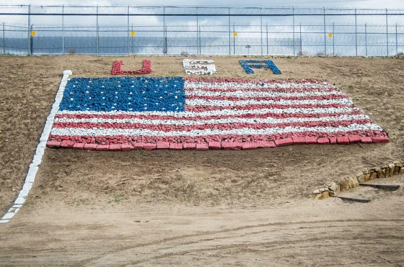 Estados Unidos señalan por medio de una bandera, hecho de rocas fotos de archivo libres de regalías