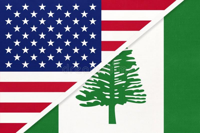 Estados Unidos vs Norfolk Island - bandeira nacional do têxtil Relação entre os países da América e da Oceânia fotografia de stock royalty free