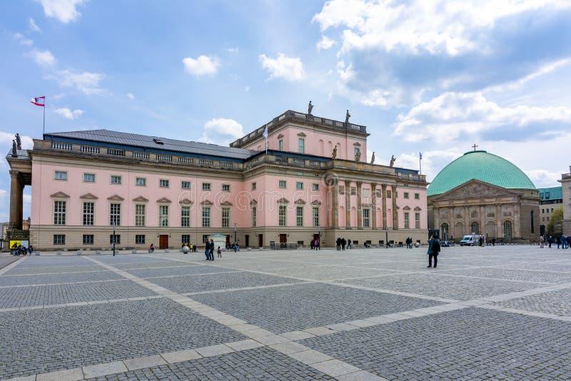 Estadual de Berlim - Staatsoper Unter den Linden e Catedral de St Hedwig na praça Bebelplatz, Alemanha fotos de stock royalty free