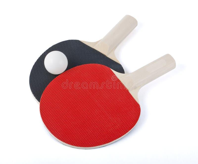 Estafas y bola del ping-pong aisladas en blanco imagen de archivo libre de regalías
