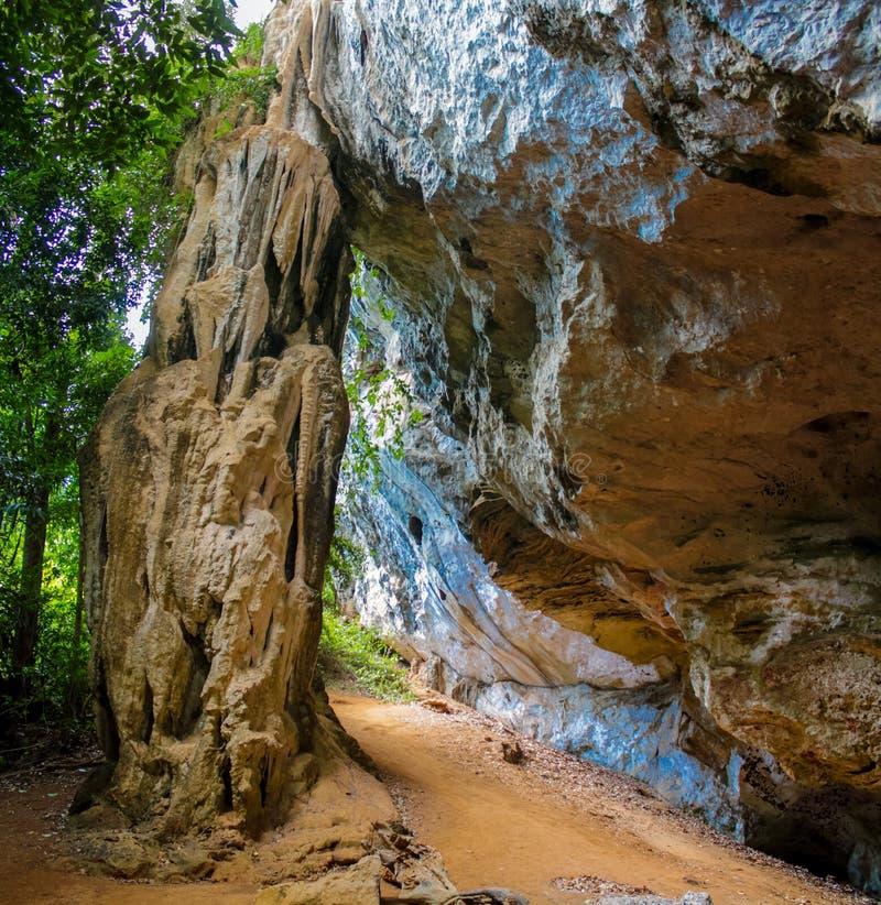 Estalactita de la cueva de la piedra caliza en Krabi, Tailandia fotografía de archivo libre de regalías