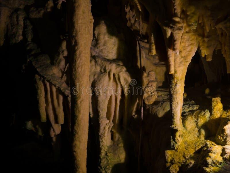 Estalactitas y estalagmitas en la cueva de Dirou, Grecia fotografía de archivo