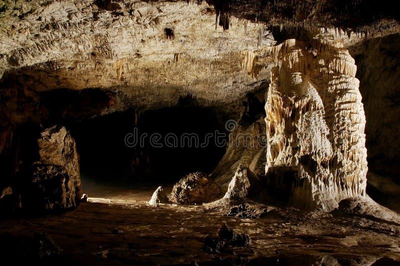 Estalactitas y formaciones de la cueva foto de archivo