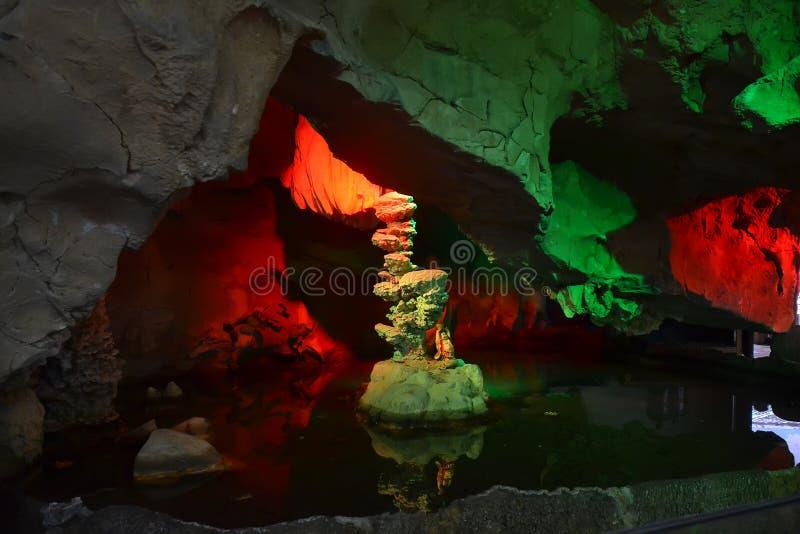 Estalagmita de la cueva en cueva fotografía de archivo