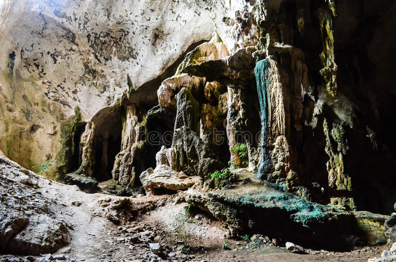 Estalagmitas y estalactitas en la cueva en Krabi, Tailandia fotos de archivo