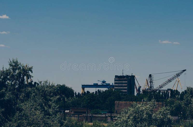 Estaleiro abandonado velho nos subúrbios da cidade industrial Semi-aprovado e prédios de escritórios imagem de stock