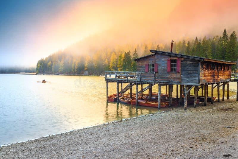 Estaleiro de madeira com os barcos no lago alpino, dolomites, Itália fotografia de stock royalty free