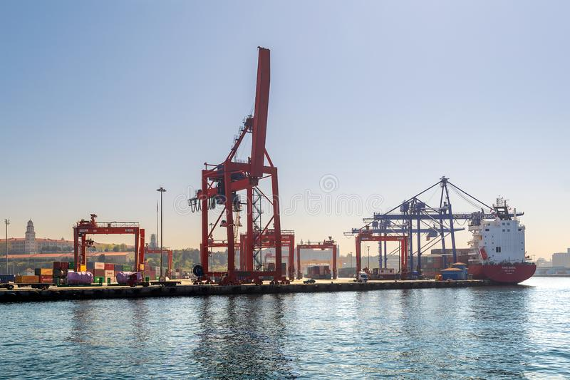 Estaleiro do porto de Haydarpasha com guindastes e o navio de recipiente carregado, Istambul, Turquia foto de stock royalty free