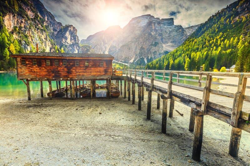 Estaleiro e barcos de madeira no lago alpino, dolomites, Itália imagens de stock royalty free