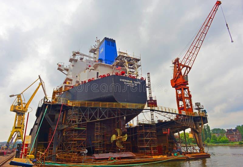 Estaleiro em Gdansk com canal do porto imagem de stock royalty free