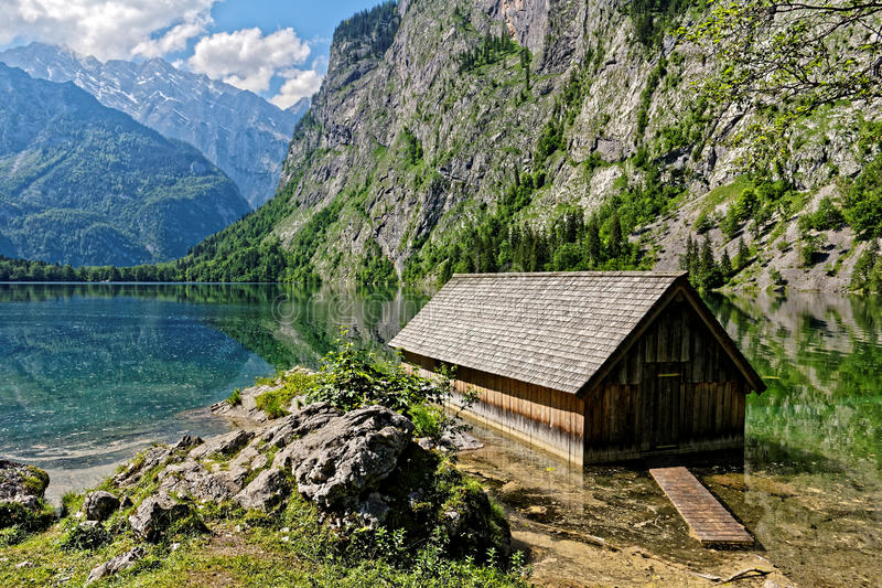Estaleiro no lago cênico da montanha imagens de stock