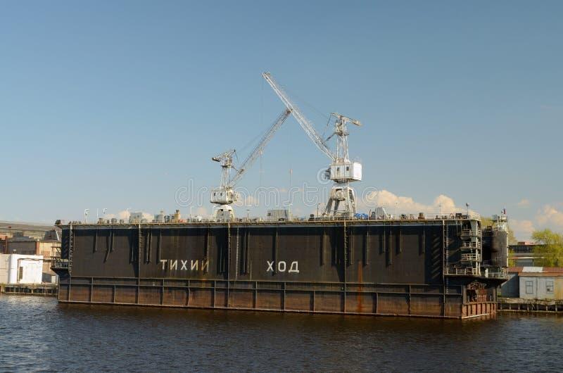 Estaleiro nos bancos do rio de Neva em St Petersburg fotos de stock royalty free