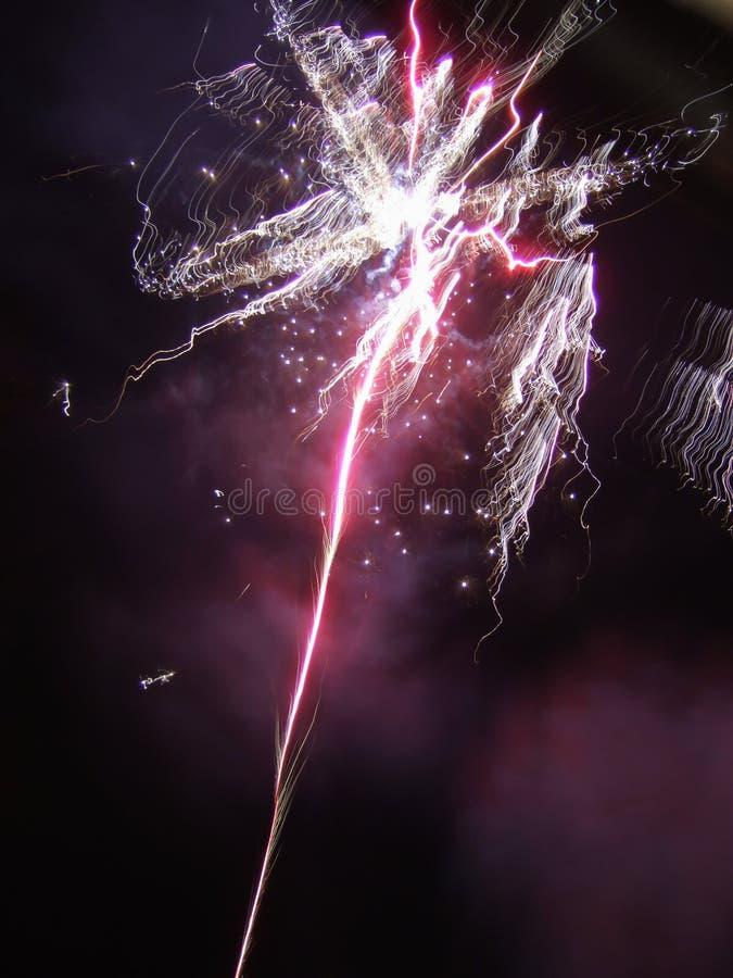 Estallido rosado y púrpura del fuego artificial imágenes de archivo libres de regalías