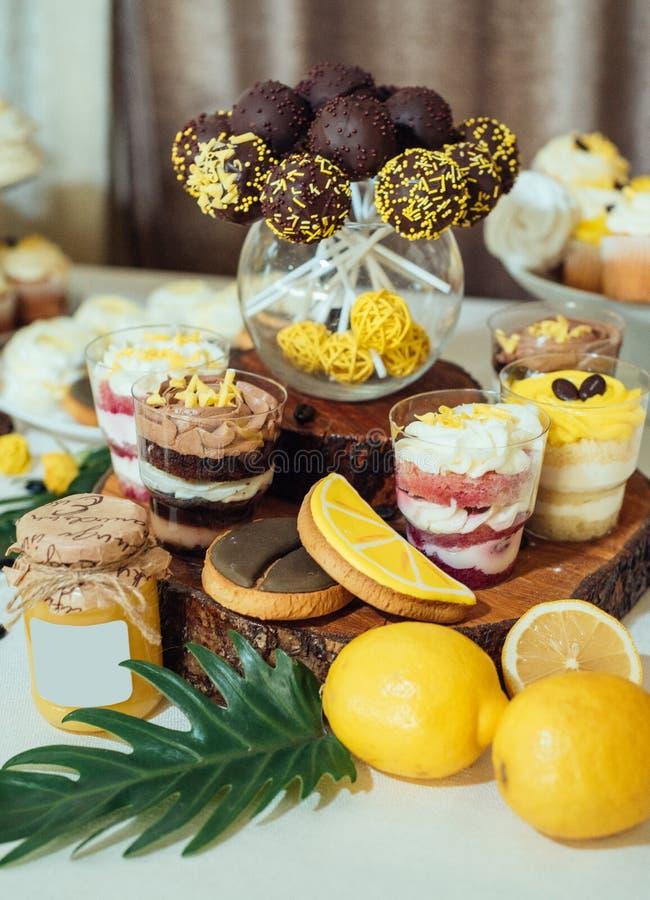 Estallidos de la torta de chocolate, postres en vidrios y galletas en la boda imagenes de archivo
