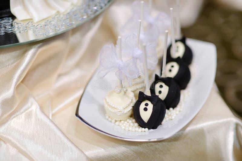Estallidos de la torta de novia y del novio foto de archivo