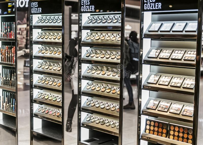 ESTAMBUL, AEROPUERTO - FEBRERO DE 2019: Sombras de ojos decorativas de los cosméticos en los estantes de la tienda con franquicia imagen de archivo libre de regalías