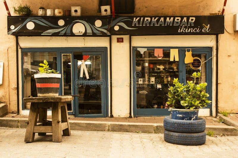 Estambul, Balat/Turquía 30 de marzo 2019, artículos vintages hace compras en Balat, artículos usados, objeto retro y colecciones fotografía de archivo