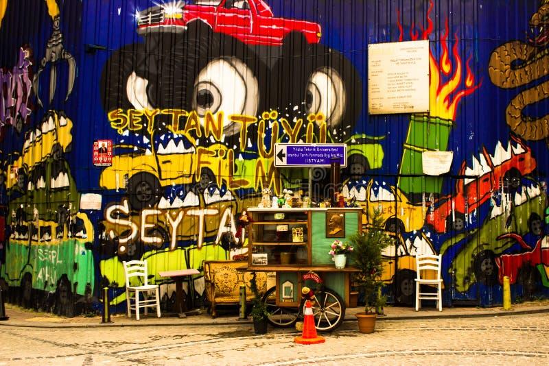 Estambul, Balat/Turquía - marzo 30 2019, calle Art Graffiti - vendedor de comida de la calle imagen de archivo libre de regalías