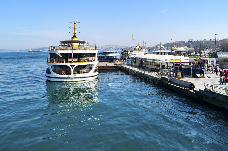 Estambul balsea, Eminonu que espera en el puerto foto de archivo libre de regalías