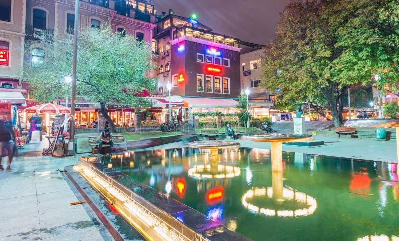 ESTAMBUL - 23 DE OCTUBRE DE 2014: Los turistas se relajan en un cuadrado de ciudad en imagen de archivo libre de regalías