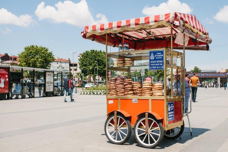 Estambul, el 11 de junio de 2017: La venta de un panecillo turco tradicional llamó Simit en el cuadrado al lado de la estación de imagenes de archivo