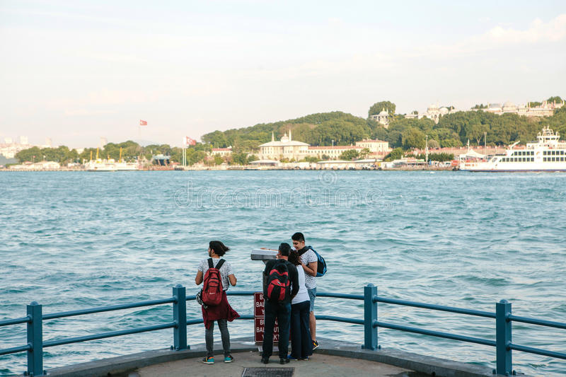 Estambul, el 15 de junio de 2017: Los amigos de los viajeros se colocan en la plataforma de observación debajo del puente de Gala imagen de archivo libre de regalías