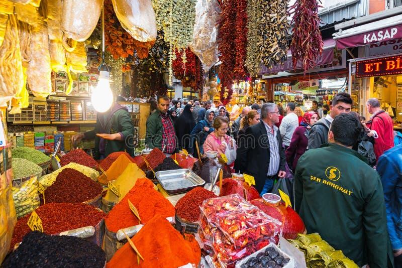 ESTAMBUL - NOV, 21: El bazar de la especia o el bazar egipcio es un o fotos de archivo libres de regalías