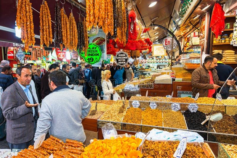 ESTAMBUL - NOV, 21: El bazar de la especia o el bazar egipcio es un o fotografía de archivo libre de regalías