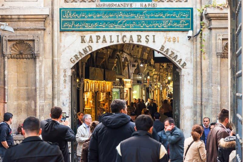 ESTAMBUL - NOV, 20: La entrada al bazar magnífico en Estambul foto de archivo
