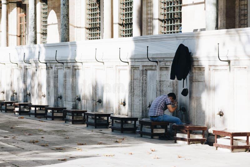 Estambul pavo noviembre de 2018 - muchacho durante la tradición islámica - ablución en la mezquita de Suleymaniye imagen de archivo libre de regalías