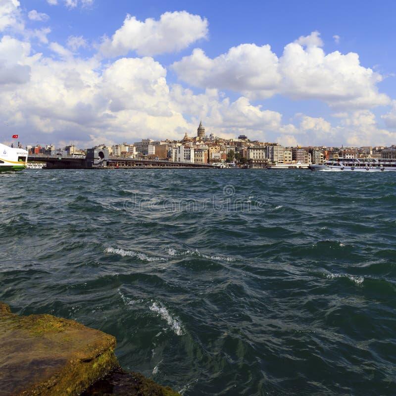 ESTAMBUL, TURQUÍA - AGOSTO 24,2015: Torre de Galata con la agua de mar imágenes de archivo libres de regalías
