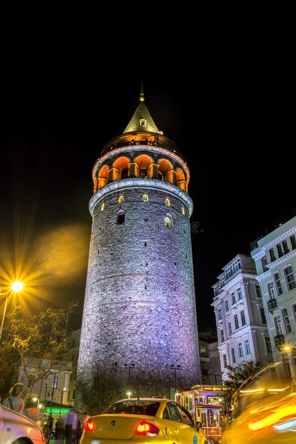 ESTAMBUL, TURQUÍA - 16 de abril de 2016: Opinión de la noche de la torre de Galata imagenes de archivo